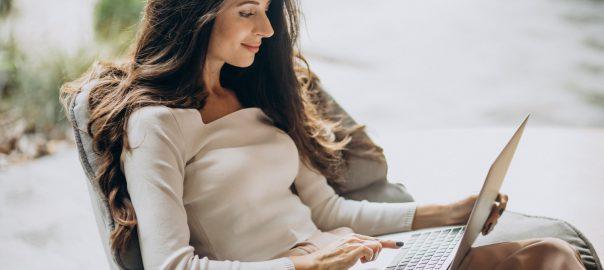 Przenośny komputer do pracy – na co zwracać uwagę?